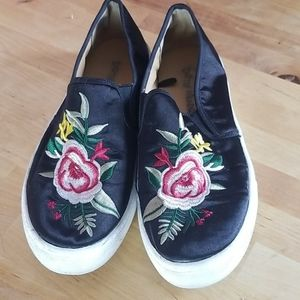 Dirty Laundry flat sneaker with foral design